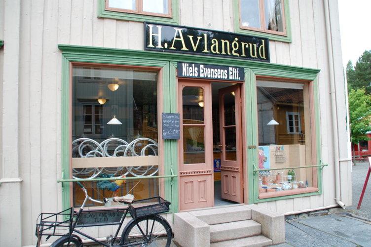 Eksteriørbilde fra den historiske butikken Avlangrud på Maihaugen på Lillehammer.