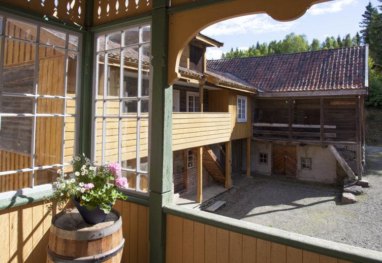 Detaljbilde fra en gammel kjøpmannsgård som nå er plassert på Maihaugen på Lillehammer.