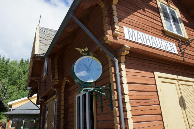 Stasjonesbygningen med klokke på Maihaugen, Lillehammer