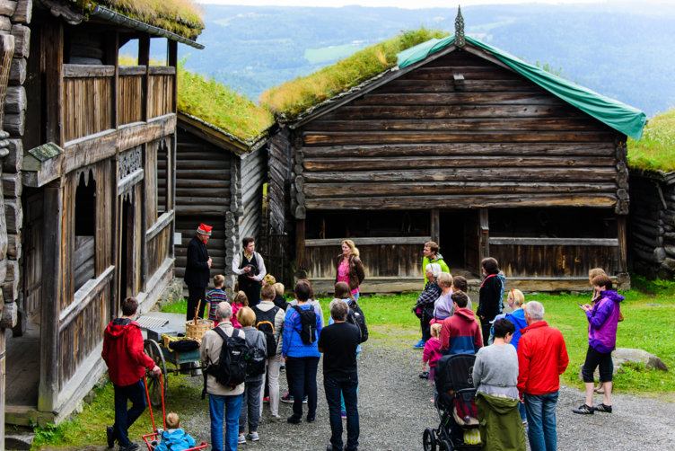 Vandreteater på friluftsmuseet Maihauen på Lillehammer. Her på storgarden Bjørnstad.