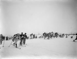 Gammelt svart-hvitt foto med skiløpere. Foto: Marius A. Berge / Maihaugen