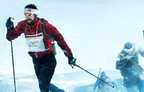 Kronprins Haakon Magnus går langrenn med startnummer på brystet. Bak i sporet følger to Birkebeinere med treski og skinnklær. Illustrasjon: Kristoffer Damskau